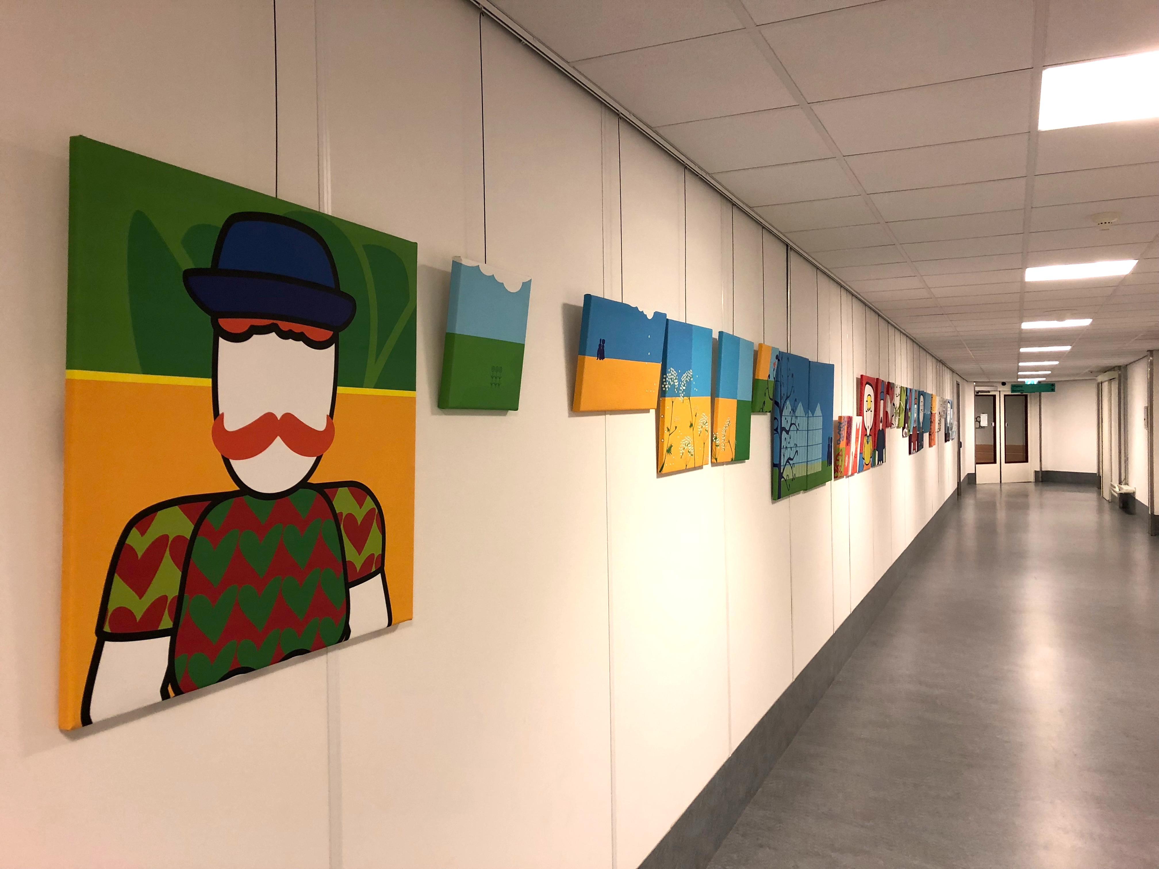 kunst ziekenhuis muur vol kunst